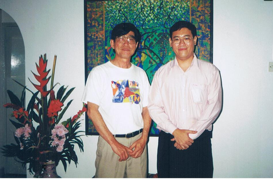 Chung Kam Kow(left) , one of Malaysian leading artists ,sharing his aesthetic values with me.