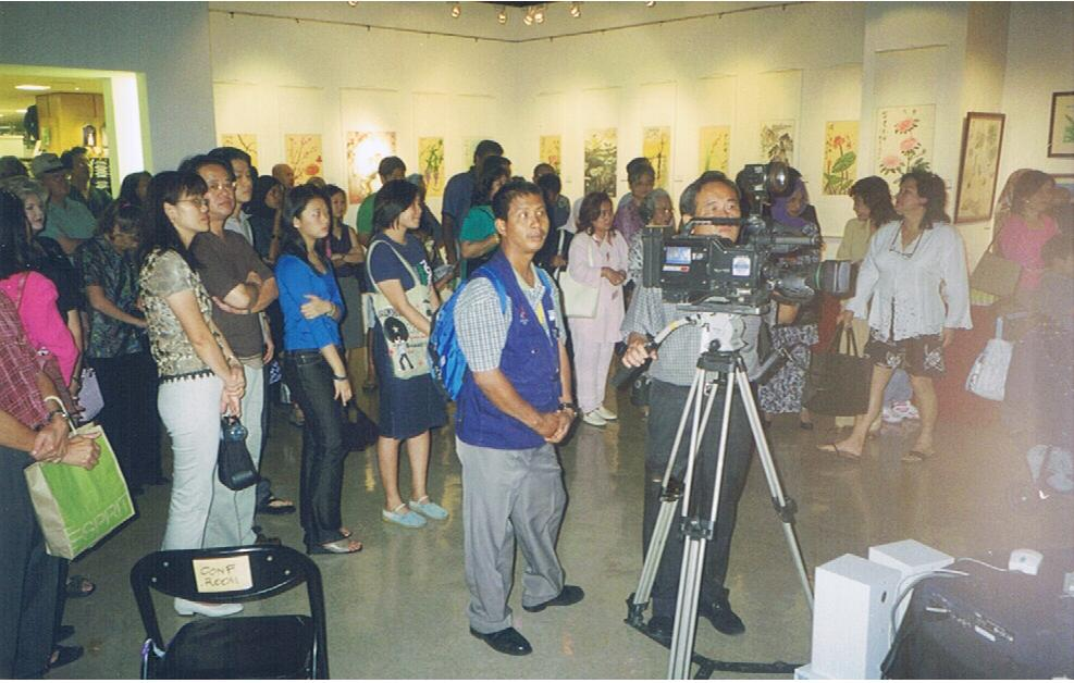 The art show received great response from the public. Besides, television crews came to film the art show.