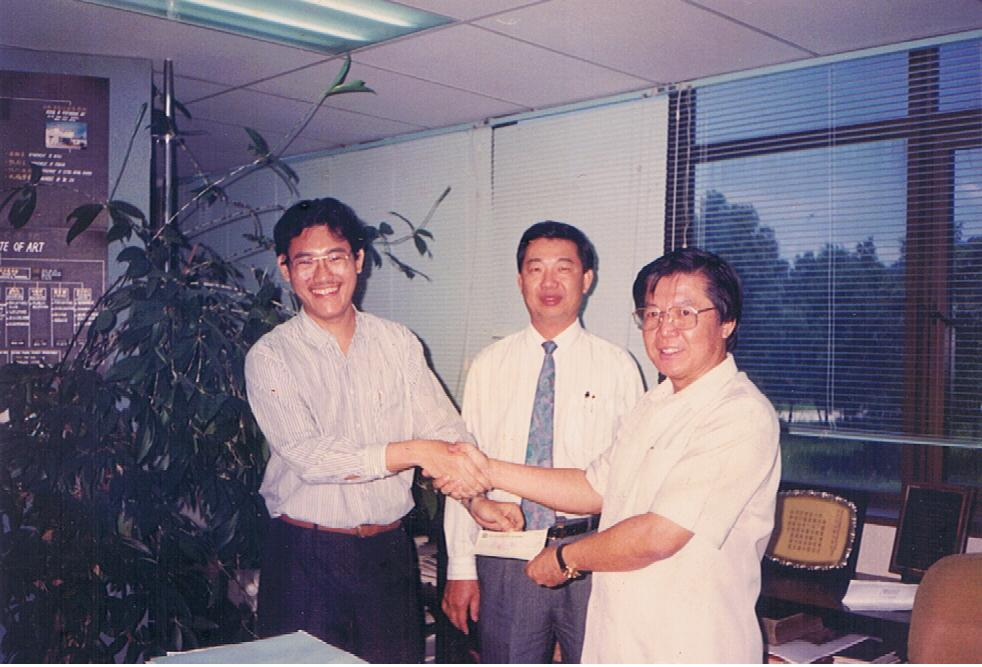 I handed over my donation to Chung Chen Sun(right),Principal of MIA. Mr.Foo (middle), director of MIA, was also present at the handover.