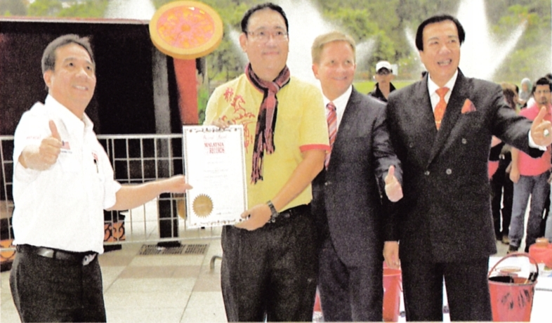 Phua receiving his Malaysia Book of Records certification for the largest horse panting on canvas.