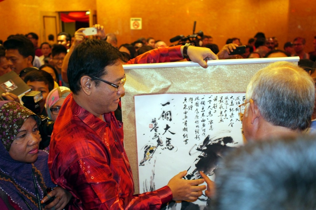 It was my great honor that Prime Minister Datuk Seri Najib Razak was very impressed by my 'One Malaysia' Horse Painting. He was keen to know the meaning of the words written in the horse painting.  The Prime Minister asked me to explain the content of the long inscription written in the artwork.