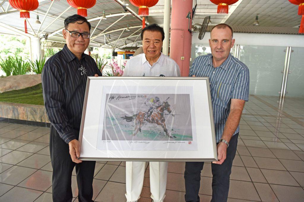 限量版画印Mr. Armstrong 捐赠移交仪式 左:潘瑞全,Tan Seri Datuk Richard Cham (雪兰莪赛马公会主席), Frank Maynard (练马师)